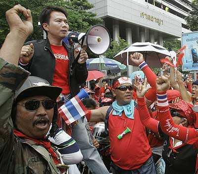 Demonstranter protesterar mot sittande premiärministern Abhisit Vejjajiva i Bangkok. Foto: AP