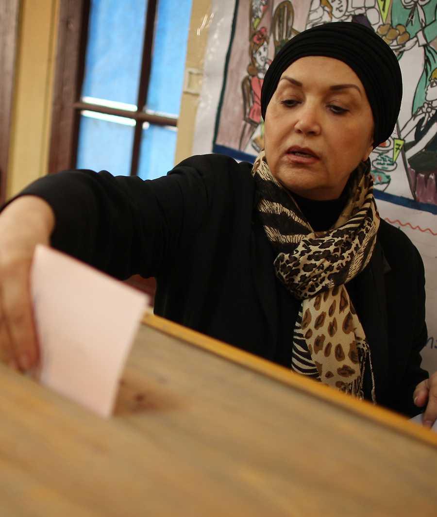 En kvinna lämnar sin röst i centrala Kairo.