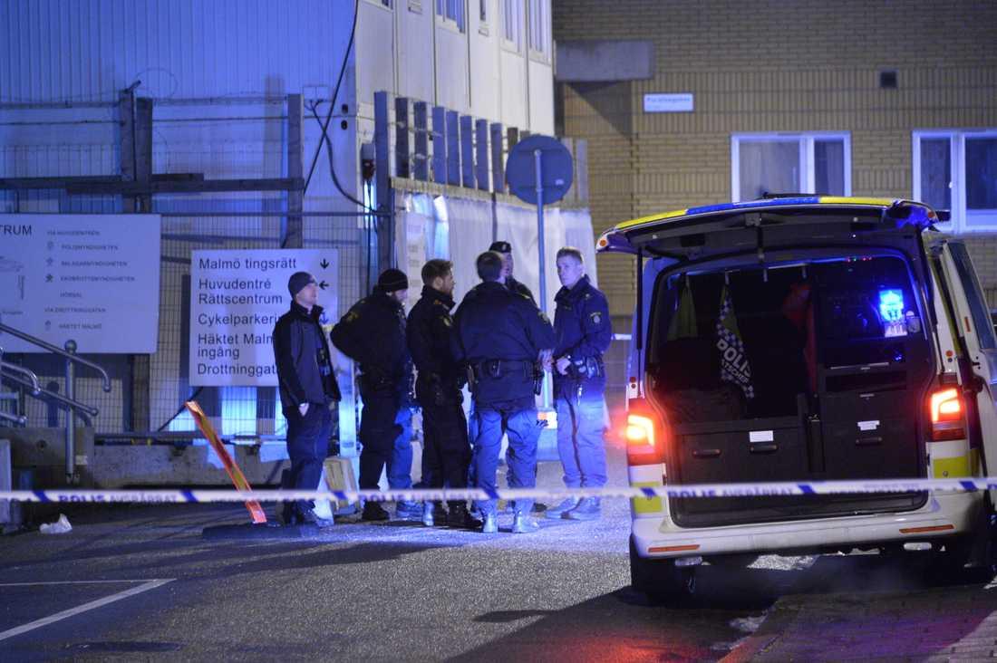 Explosion vid tingsrätten En bomb eller en kraftig fyrverkeripjäs exploderade utanför tingsrätten i Malmö.