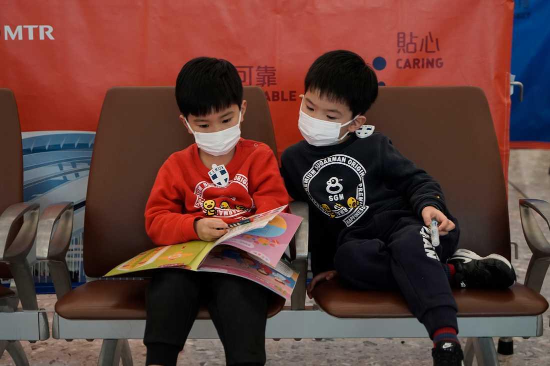 Viruset har spridit sig både i och utanför Kina. Här är tågpassagerare med ansiktsmask på en station i Hongkong.