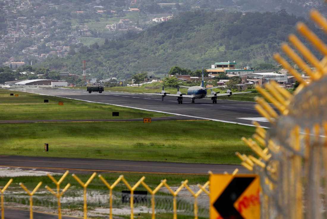 Toncontin International Airport i Tegucigalpa, Honduras Inte nog med att den ligger högt, den är också omgiven av höga bergtoppar. Det gör att piloten måste zick zack-flyga in för landning och utföra en 45-gradig sväng i sista stund för att sätta ned planet. Fast handgrepp gäller.