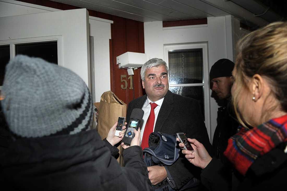 Tomt i huset I går kväll återvände Håkan Juholt till villan i Oskarshamn. Han såg lättad och märkbart trött ut. Sent i går kväll kallade han också till en presskonferens som hålls under eftermiddagen i dag.