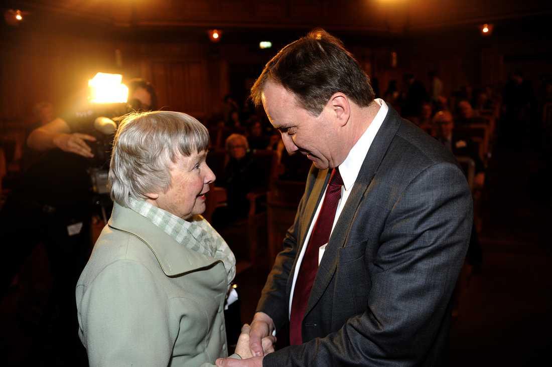 Lisbeth Palme pratar med Stefan Löfven när han valdes till Socialdemokraternas nya partiledare.