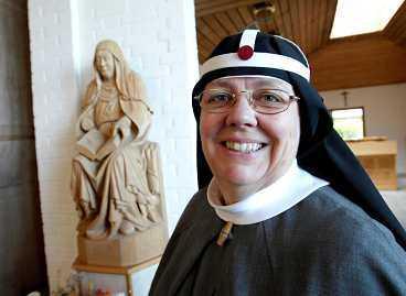 vill leva som birgitta I dag lever tolv nunnor ett stilla liv i avskildhet på Vadstena kloster, en gång grundat av heliga Birgitta. Men så vill de inte att alla ska leva. - Nej, bevare mig väl. Då skulle världen snart bli avfolkad, skrattar moder Karin, abbedissan för Birgittasystrarna.