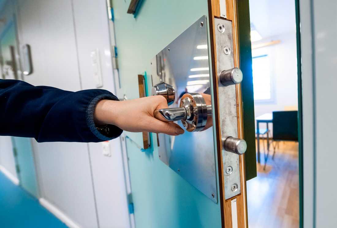 En kriminalvårdare i Kalmar tyckte synd om en intagen och lät denne ringa fritt. Arkivbild.