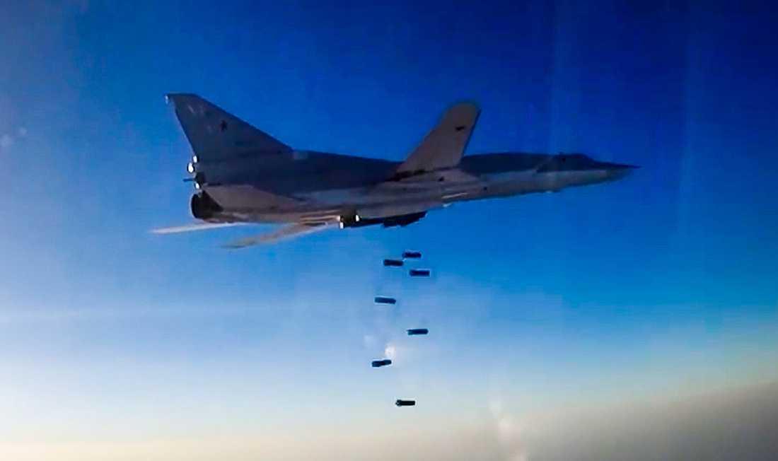 En stillbild från en film från det ryska försvarsdepartementet visar en rysk Tu-22M3 som bombar Aleppo-regionen i Syrien. Bilden är från den 16 augusti.