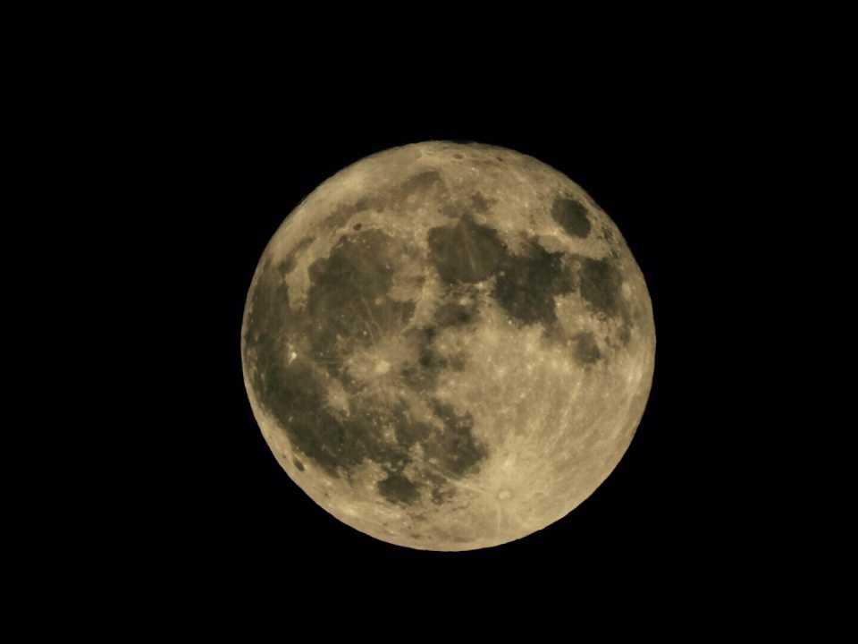En närbild på månen över Sollentuna.