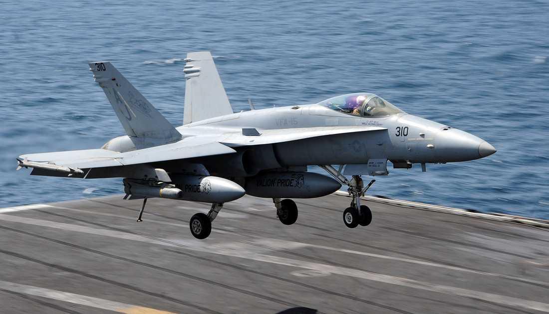 En F/A-18 Hornet landar på USS George H.W. Bush.