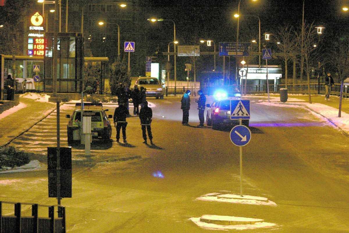 SOLNA I morse Strax före tre körde en bil rakt in i en folksamling utanför McDonalds i Solna. Många hann hoppa undan men en man skadades svårt.
