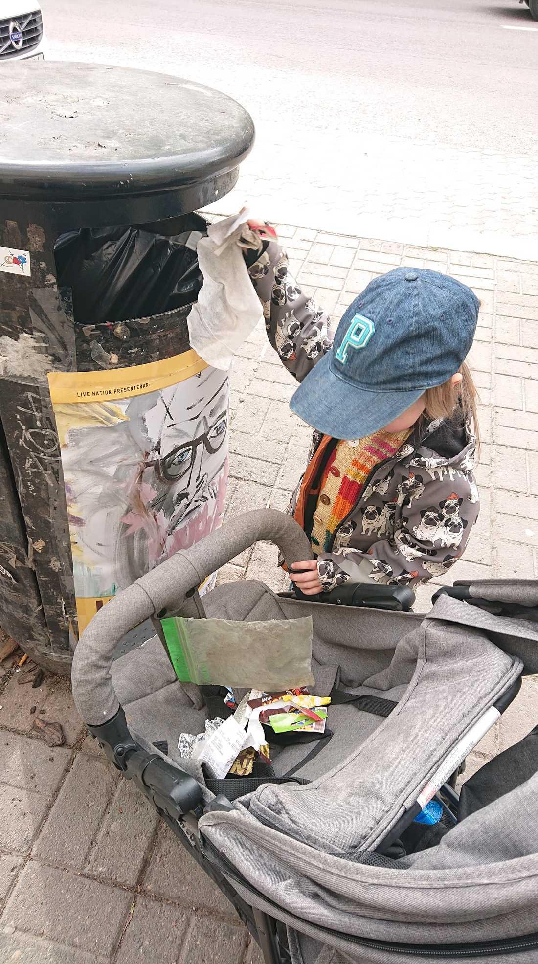 Plötsligt, på vägen hem från förskolan, fick Mika för sig att plocka skräp.