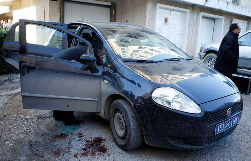 Advokaten och oppositionsledaren Chokri Belaid sköts i sin bil.