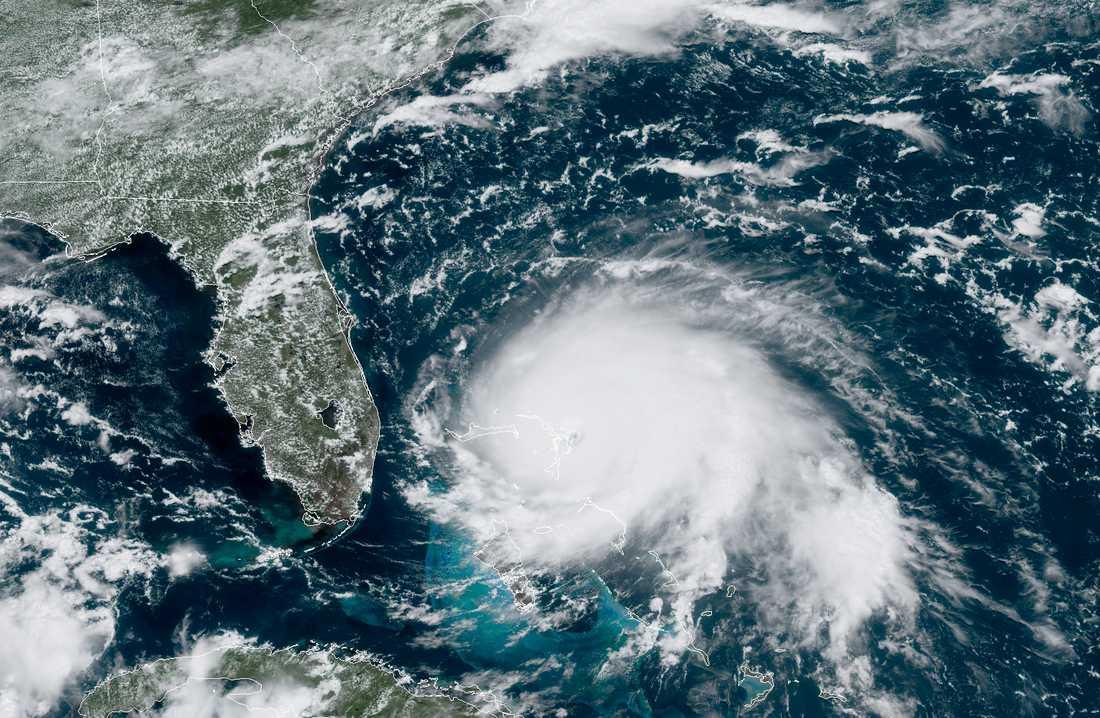 Orkanen Dorian har dragit in över norra Bahamas.