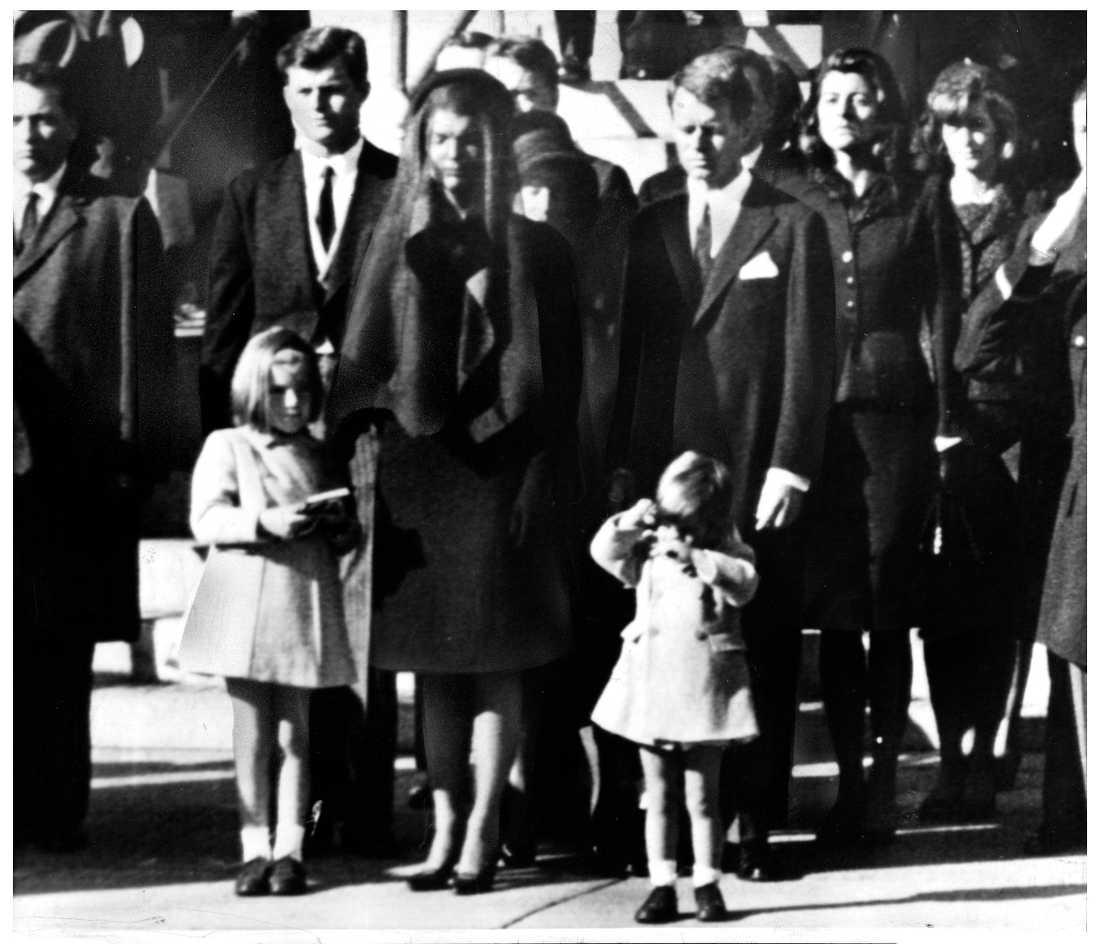 Jacqueline Kennedy, tillsammans med barnen John jr och Caroline, samt presidentens bröder, Robert Kennedy och Edward Kennedy Ted på begravningen av John F Kennedy.