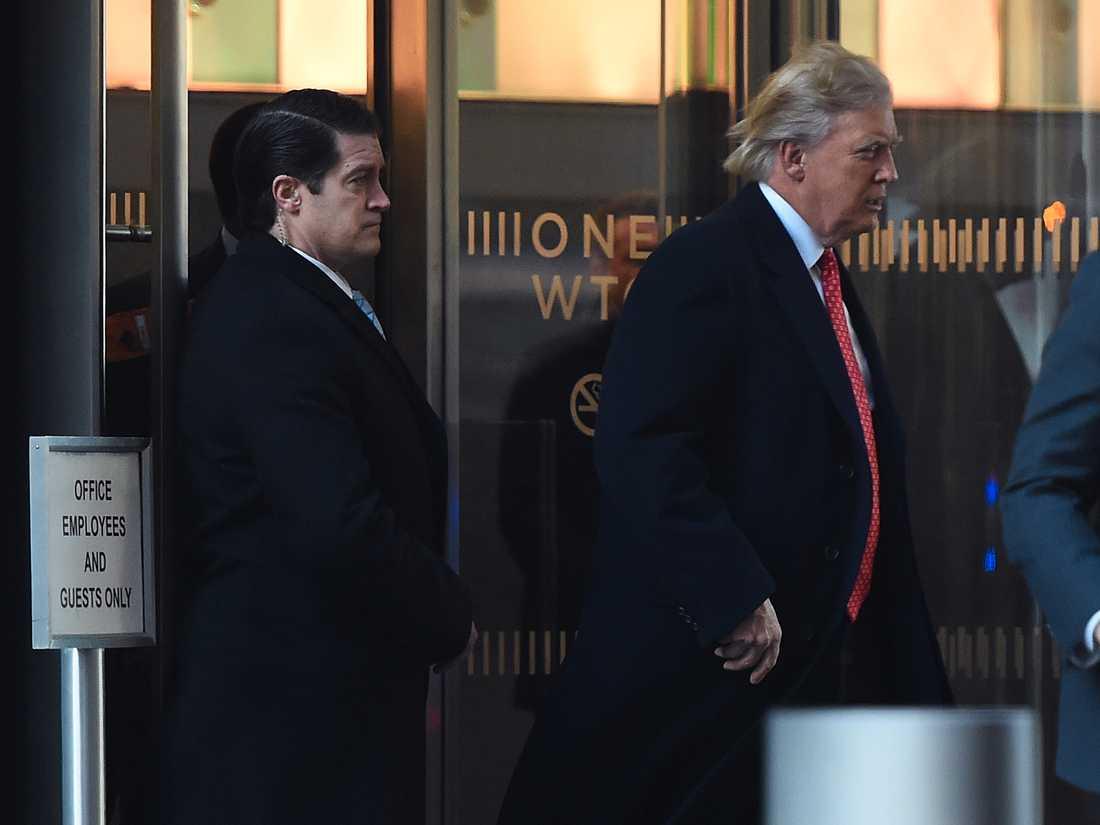 Donald Trump lämnar One World Trade Center efter ett möte på fredagen.