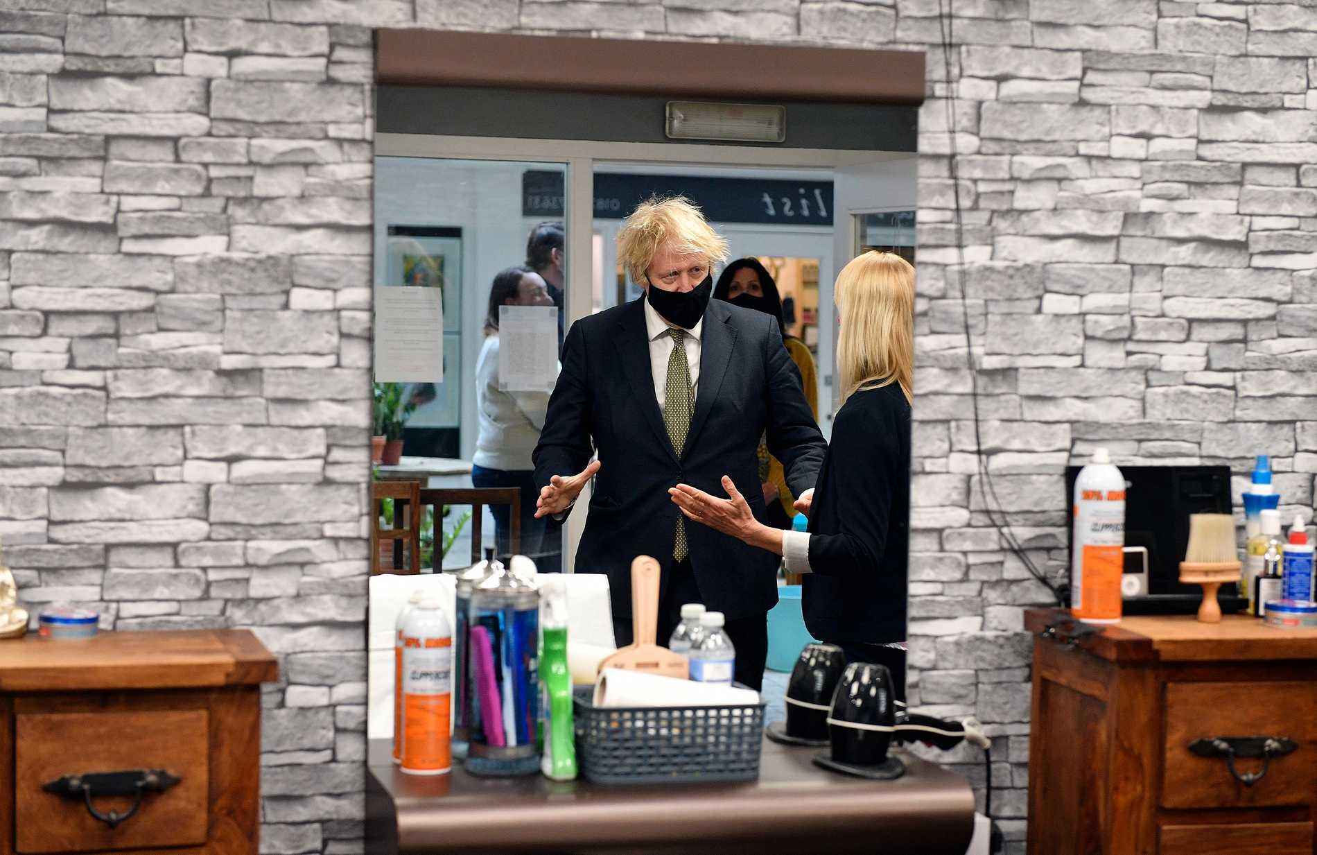 Boris Johnson på besök hos en frisör på onsdagen. Någon ny frisyr blev det inte just den här gången, utan premiärministern klippte sig på måndagen när salongerna öppnade upp igen.