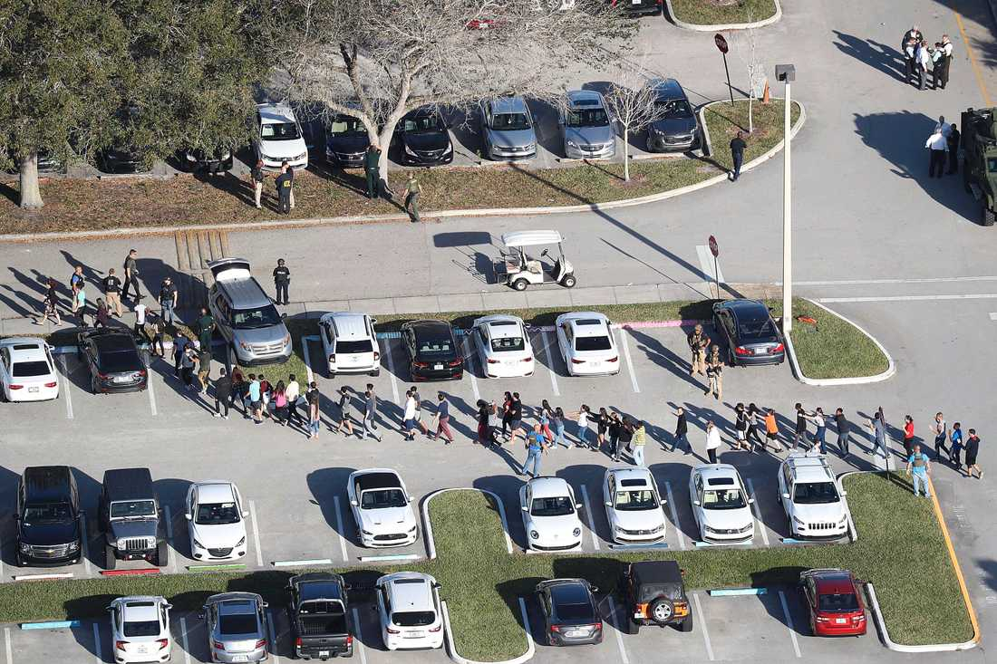 Polisen slussar ut människorna som var kvar inne i skolan.