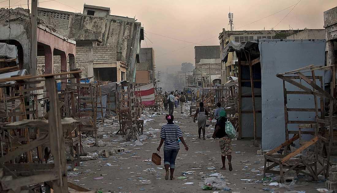 Haiti, 12 januari Skalvet varade bara i 35 sekunder men med epicentrum så nära huvudstaden Port-au-Prince fick det ändå förödande konsekvenser. Minst 220 000 människor dödades och jordbävningen var den näst värsta de senaste 100 åren. Två miljoner blev hemlösa. Värden för 210 miljarder kronor förstördes. Skalvet mätte 7,0 på richterskalan.