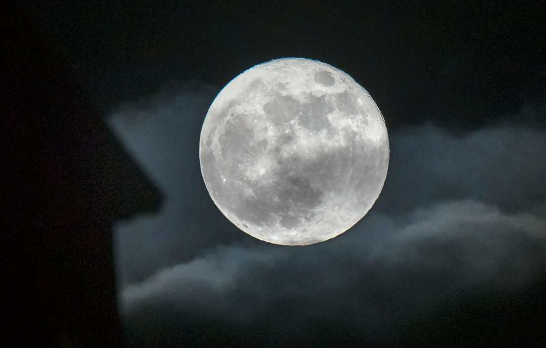 Månen, fotograferad från Malmö. Arkivbild.