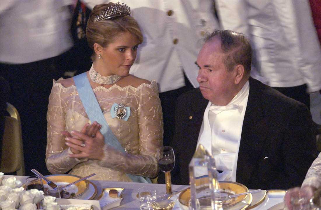 Nobelbankett Många Nobelbanketter har det blivit för prinsessan genom åren, här i Stadshuset i december 2003. Prinsessan Madeleine och Nobelpristagaren i fysik, Alexei Abrikosov samtalar under middagen.