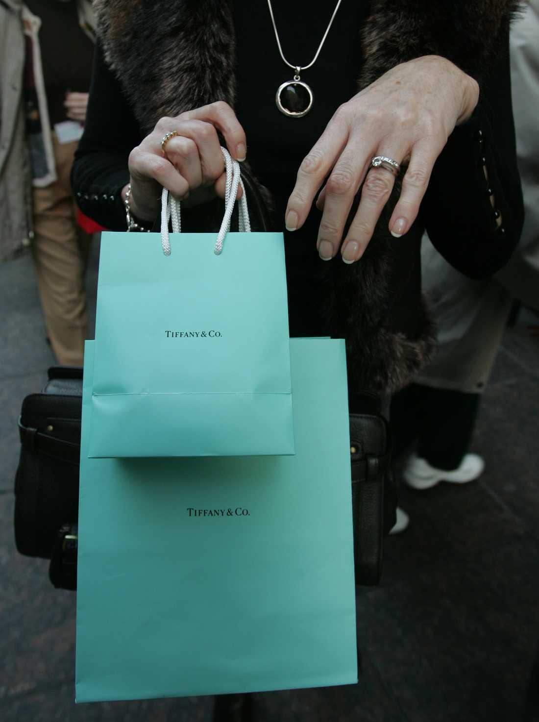 Den turkosblå färgen är Tiffanys signaturfärg och valdes av företagets grundare Charles Lewis Tiffany. Färgen är varumärkesskyddad. Nu pryder den allt från påsar till presentaskar och inredning och är känd som Tiffanyblå. Arkivbild.