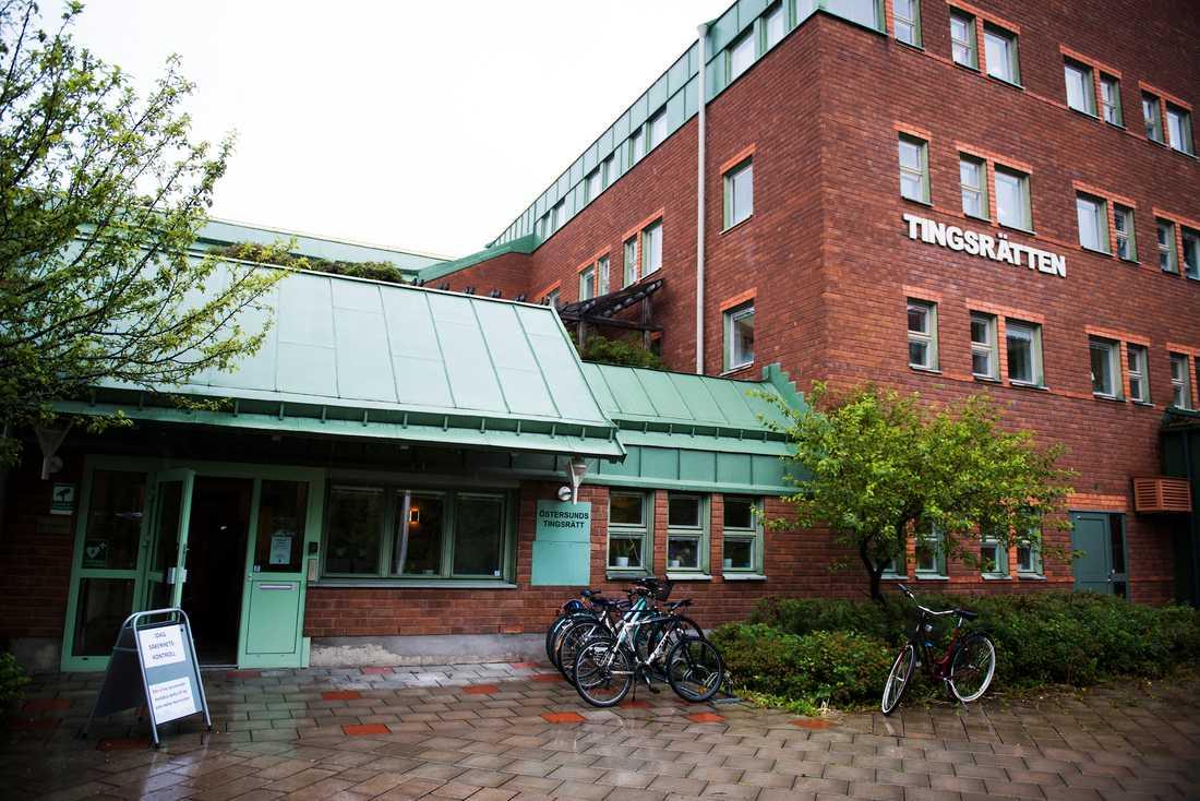 En man och en kvinna åtalas i Östersunds tingsrätt för att ha förgripit sig på ett sovande barn. Arkivbild.
