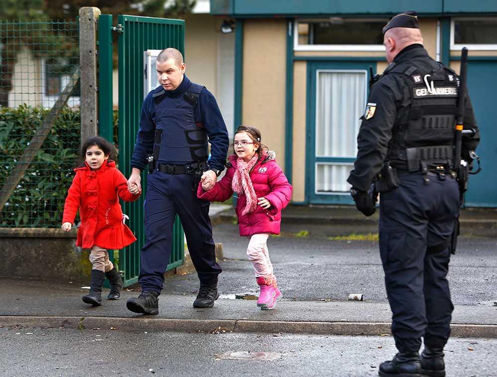 Skolbarnen evakueras till en buss eskorterad av ett trettiotal gendarmer.