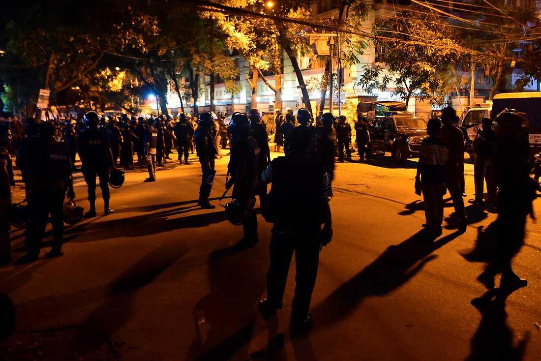 Säkerhetspersonal utanför restaurangen i Dhaka, Bangladesh.