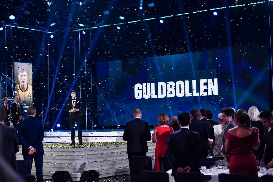 Victor Nilsson Lindelöf tog emot Guldbollen i Globen förra året. Men så blir det inte i år. Arkivbild.