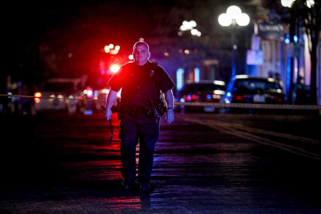Tio personer, inklusive skytten, har dödats i ännu en masskjutning i USA.