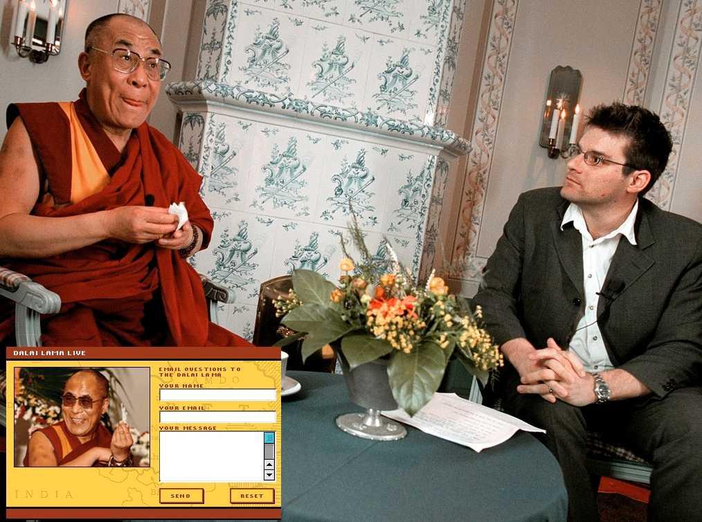 Dalai Lama tv-chattade med Aftonbladets läsare. På bilden syns också Jan Helin, Aftonbladets nuvarande chefredaktör.