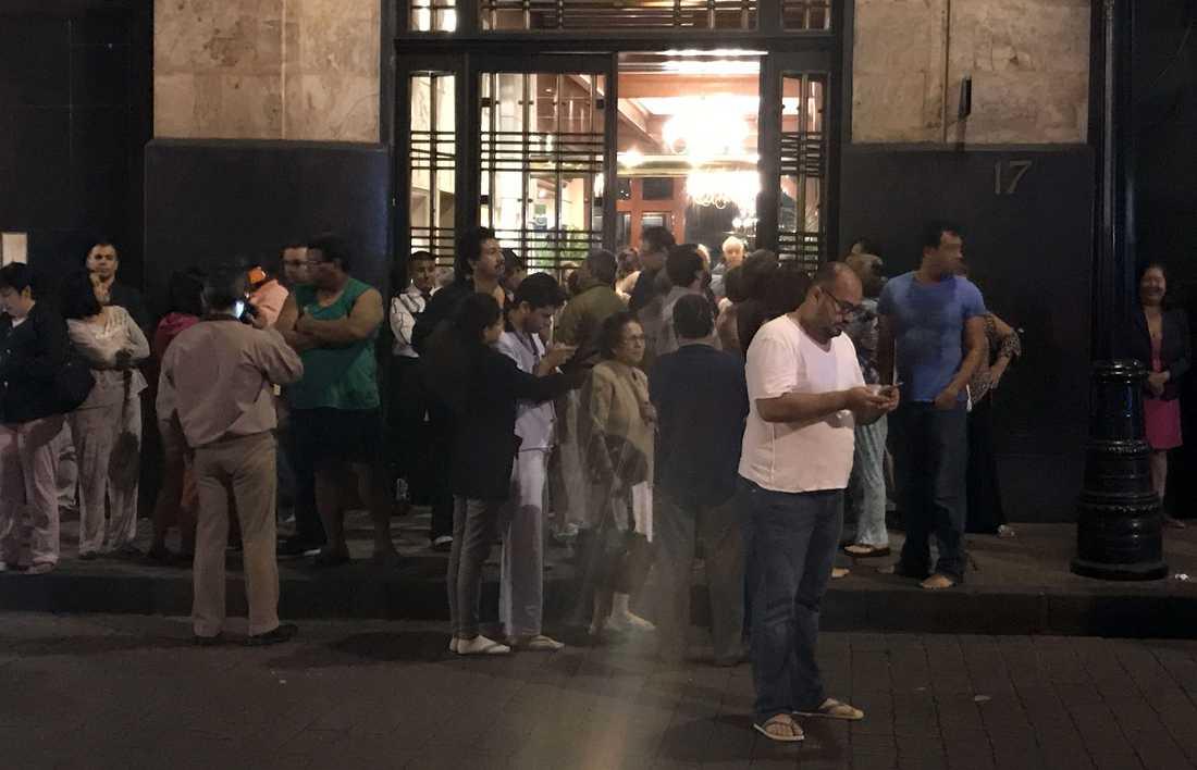 Människor i Mexiko City tar sig ut på gatorna.