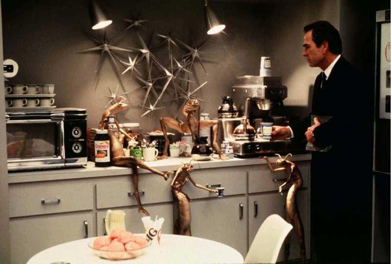 Men in Black. Tommy Lee Jones i en scen i fikarummet tillsammans med utomjordingarna The Worm Guys.