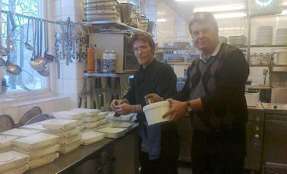 Charles Lindberg och Bert-Ove Johansson jobbar gärna på julafton så att SJ-resenärer slipper svälta.