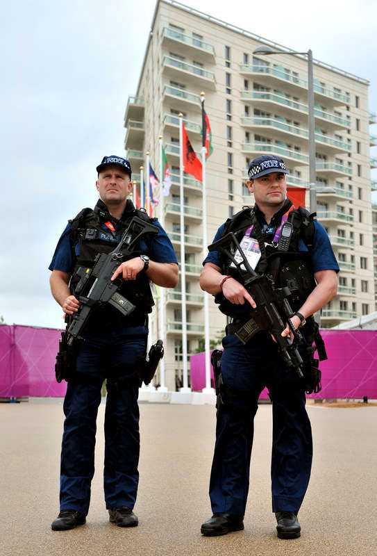 Vaktar deltagarna  På grund av det höga terroristhotet gör värdnationen allt för att undvika ett nytt terroristangrepp mot London. 41 500 militärer, poliser, vakter och annan säkerhetspersonal kommer att vara närvarande under OS.