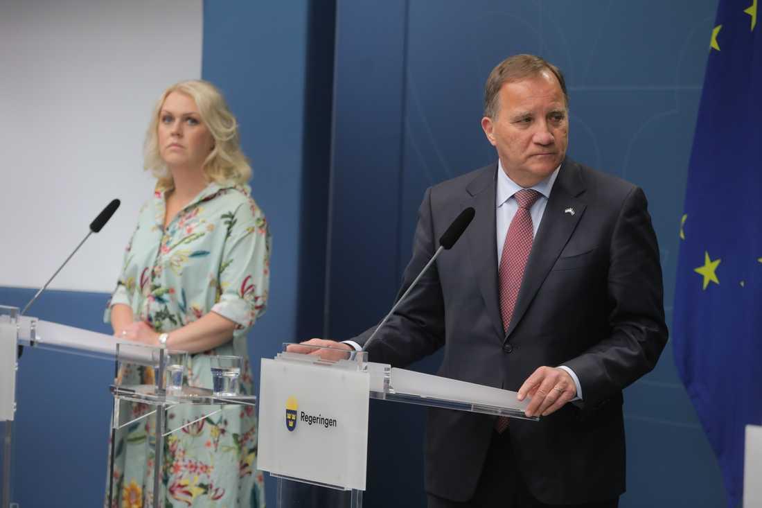 Moderaterna vill att coronakommissionens granskning ska ha mer fokus på regeringens agerande. På bilden socialminister Lena Hallengren (S) och statsminister Stefan Löfven (S) på en av många pressträffar om pandemin. Arkivbild.