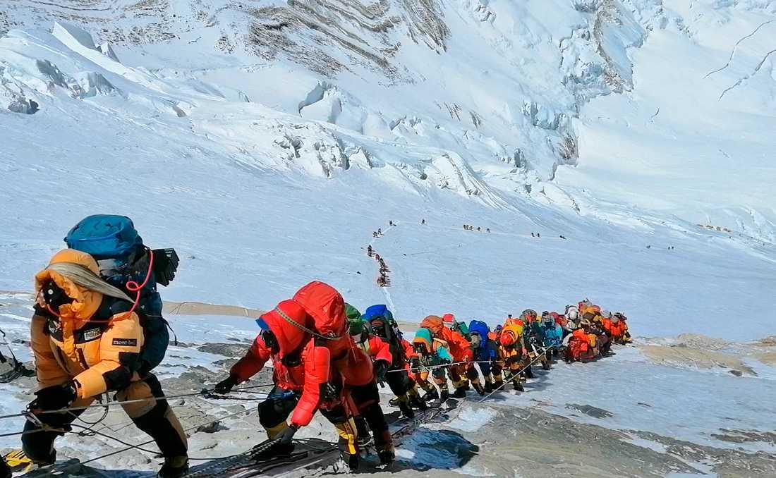 Bergsklättrare på väg uppför Mount Everest. Årets säsong har varit dödlig på världens högsta berg. Arkivbild.