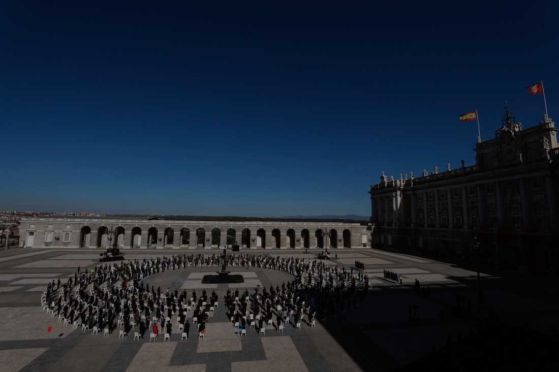 Runt 400 gäster deltog i ceremonin utanför kungliga palatset där Spaniens över 28000 dödsfall i covid-19 hedrades.