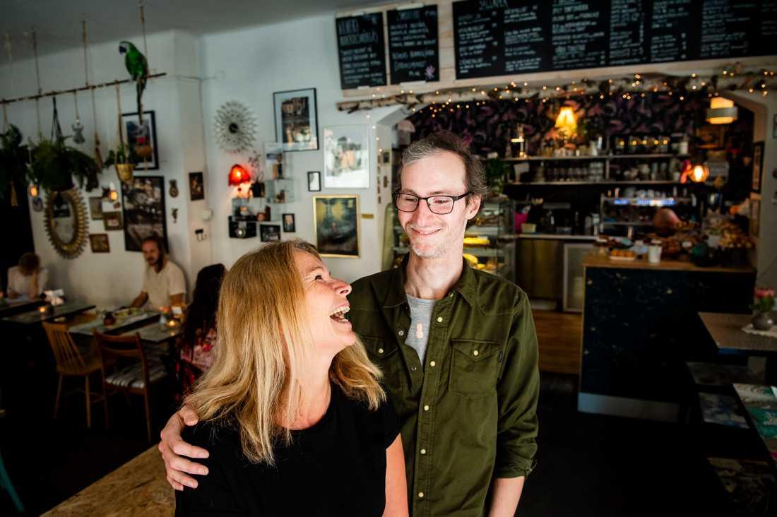 Alex och Paulina jobbar båda på Malins kafé, Wilmer Kaffebar.