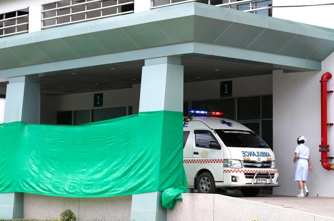 En sjuksköterska utanför Prachanukroh-sjukhuset i Chiang Rai, där pojkarna ska vårdas.