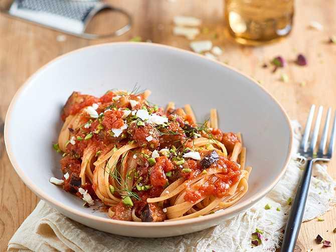 Linguine med tomater, aubergine och pistagenötter.