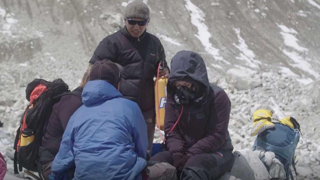Läkarteamet diskuterar medan Little Jinder återfår andningen med hjälp av sygasen.