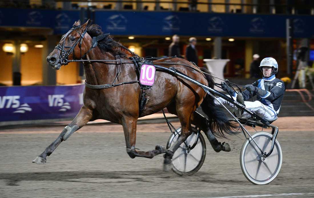 Nonstop Cheri vann till vinnaroddset 28 när favoriterna Victory Kåsgård och Martin de Bos galopperade.