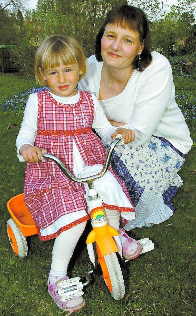 Slåss mot sjukdomen Maria Sedströms stora stöd i kampen mot livmodercancern är maken och döttrarna, här på bilden Ella, 3.