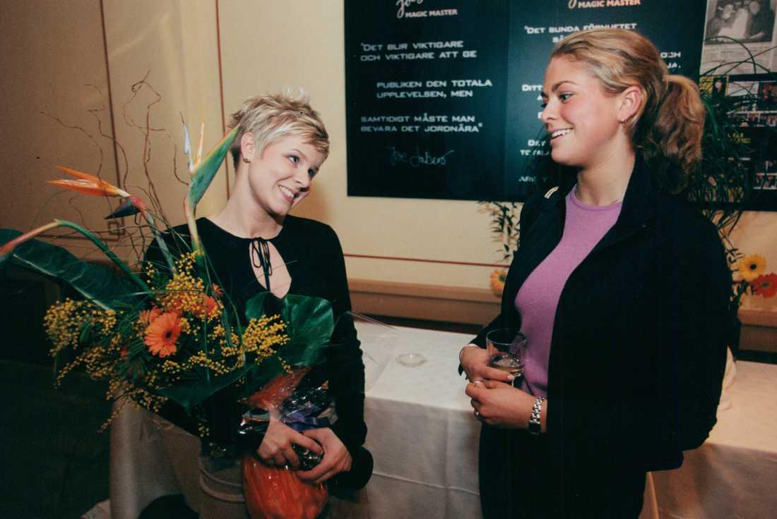 Ett kungligt möte, på alla möjliga sätt och vis. Prinsessan Madeleine gratulerar Robyn när Aftonbladets läsare adlade popdrottningen till årets svenska kvinnliga artist 1999.