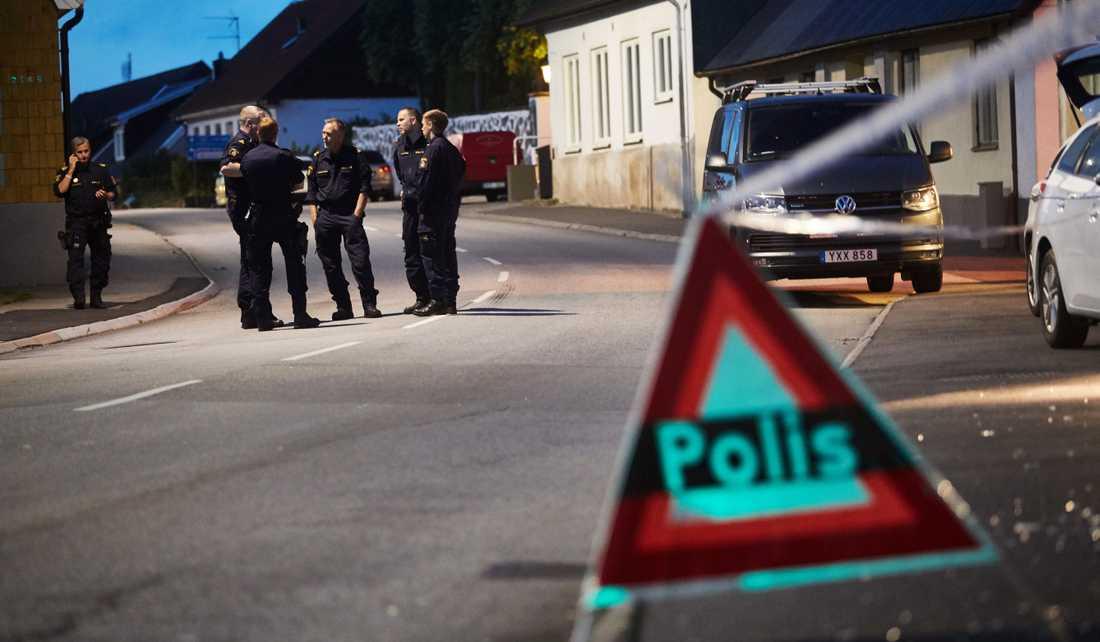 Kvinnan och de två ungdomarna attackerades  utomhus.