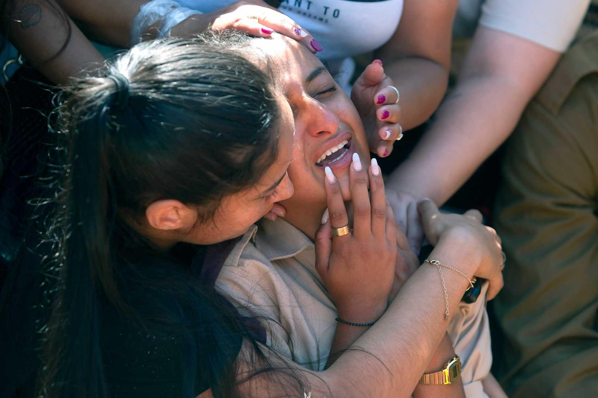 Anhöriga till israeliske soldaten Omer Tabib, 21 som dött i en attack i närheten av Gaza sörjer.