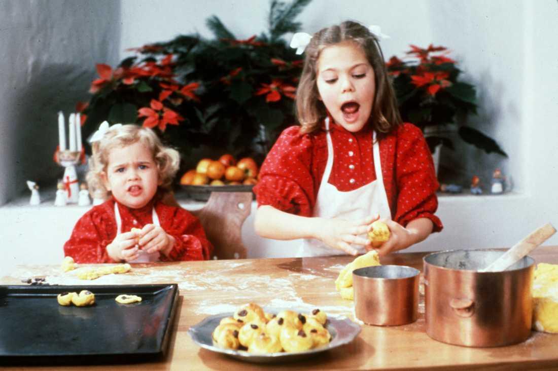 Julbak med syster En två-årig Madeleine och en sju-årig Victoria bakar lussekatter på Drottningholms slott. Julen 1984.