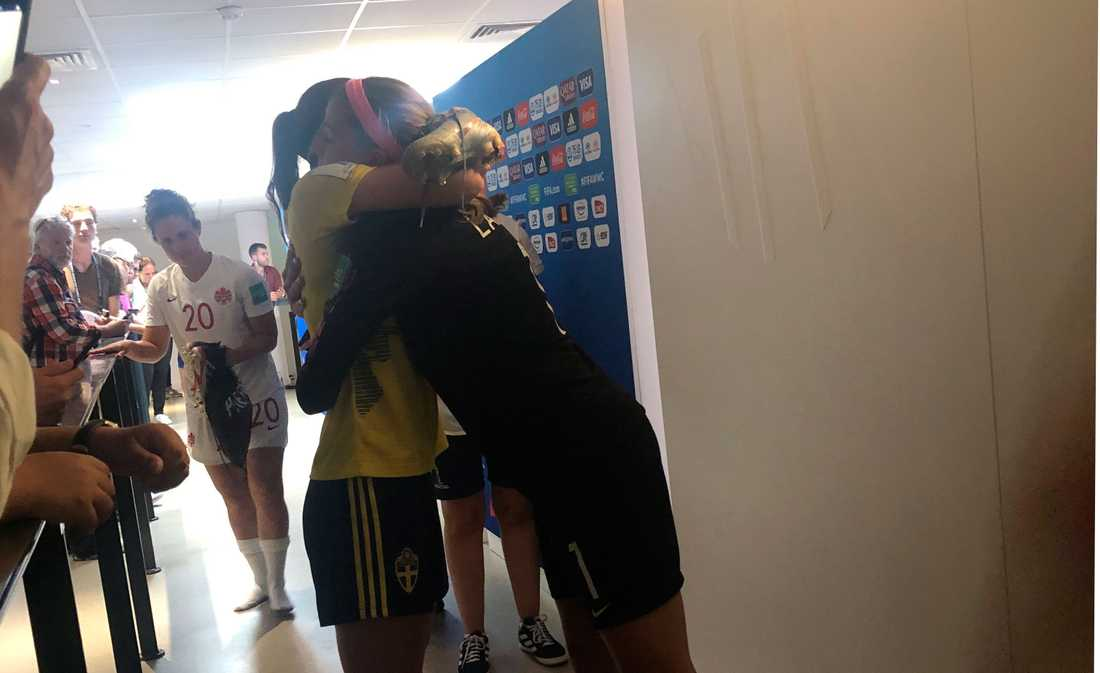 Kanadas målvakt Stephanie Labbé och Kosovare Asllani möts i en kram efter matchen.