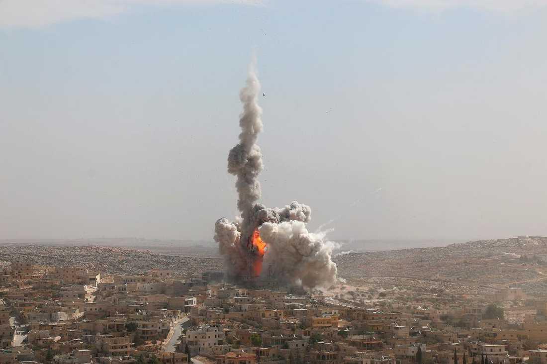 Ruiner Aleppo har plågats av strider sedan 2012 och staden är sedan dess delad. Bomberna regnar över dem som är kvar - instängda i ruinerna.