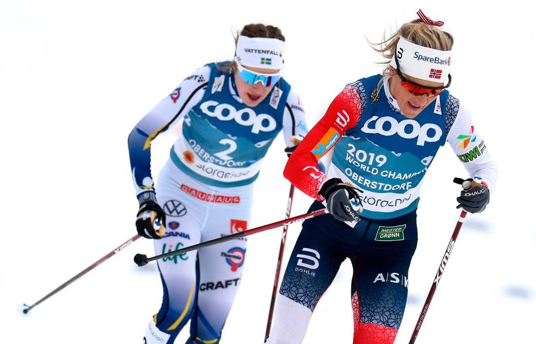 Ebba Andersson, till vänster, ställs mot Norges Therese Johaug på tredjesträckan i VM-stafetten i Oberstdorf. Här syns de under skiathlonloppet tidigare under mästerskapet.